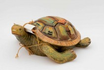 Brigitte Szenczi - Tortuga adivina - 10,5 x 24 x 28 cm - Resina policromada y papel - 2015